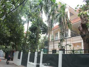 Big garden Tay Ho villa for rent 4 bedrooms To Ngoc Van area