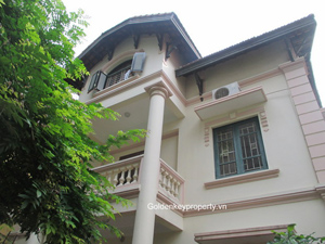 4 bedroom house rental in Tay Ho, large courtyard and quiet